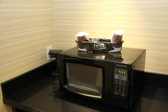 Fairfield Inn & Suites West/Greece: Microwave Available