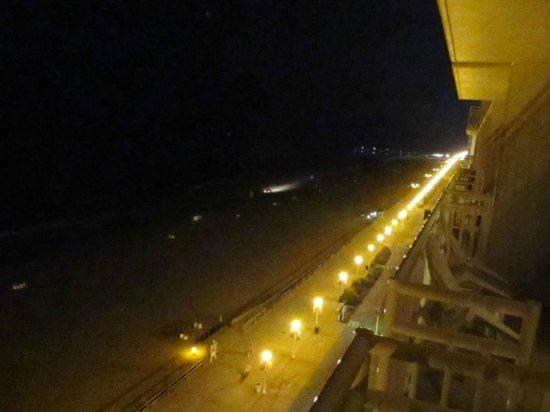 Courtyard Virginia Beach Oceanfront/South: Night view