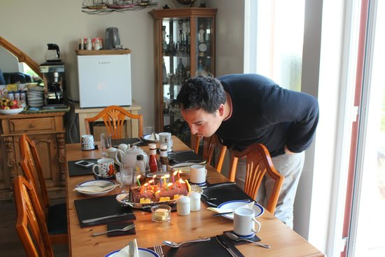 Laphroaig View Guest House B&B: Breakfast room and the birthday cake