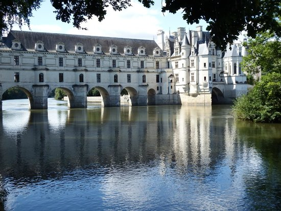 Chateau de Chenonceau: Chenonceau from the right hand river bank