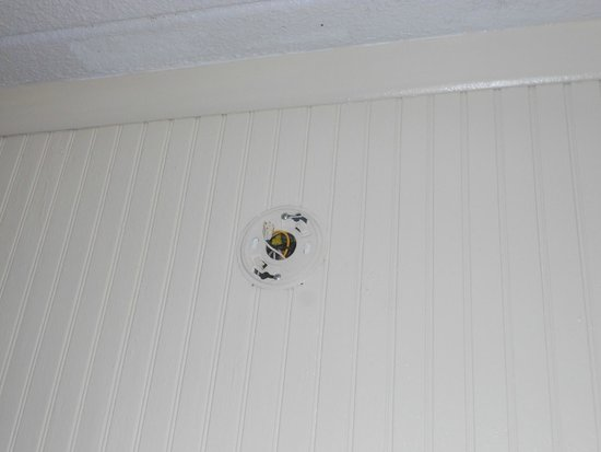 Sea Cove Motel: Where's the smoke detector?