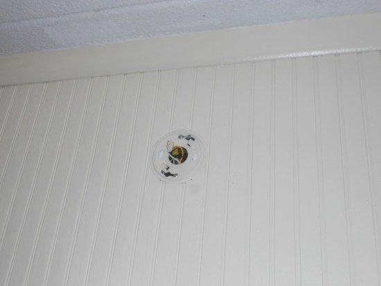 ذا سي كوف موتل: Where's the smoke detector?