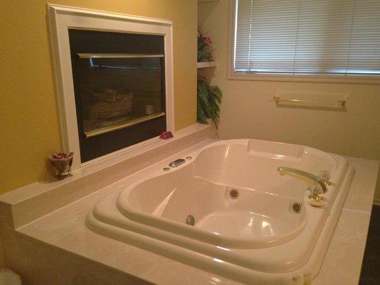 Candlewyck Cove Resort: Our huge bathtub.