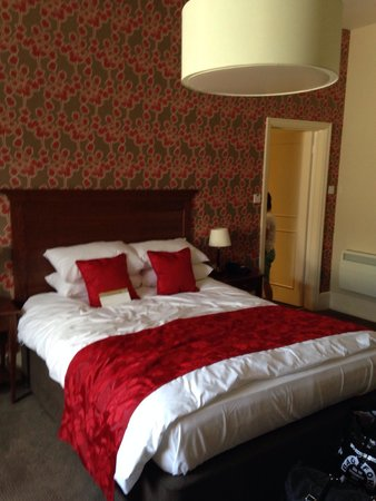 The Royal Hotel: King sized bed in family room
