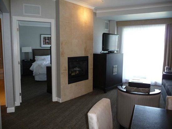 Westin Trillium House Blue Mountain : One bedroom suite - living area with view of bedroom