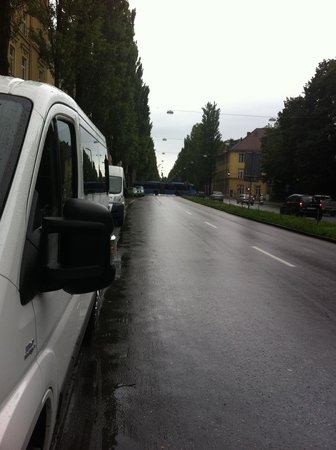 Carat Hotel & Apartments München: transito em frente ao hotel