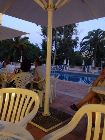 FERGUS Bermudas: Evening poolside drinks