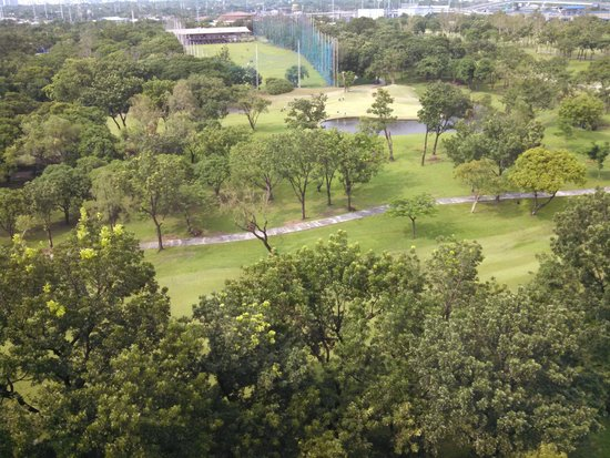 Manila Marriott Hotel: View of golf course from the 8th floor