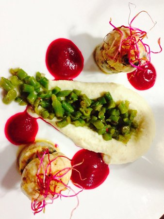 La Table de Loïc : Mousse de volaille farcie aux escargots, huile de truffe, sauce betterave - wasabi, purée pommes