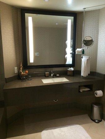 Sofitel Los Angeles at Beverly Hills : Sink vanity area