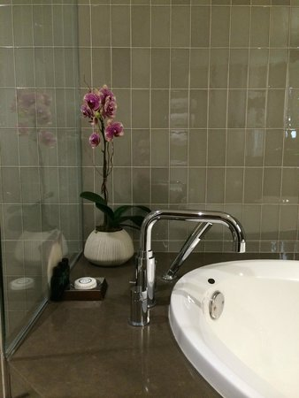 Sofitel Los Angeles at Beverly Hills : Fresh orchid by the tub