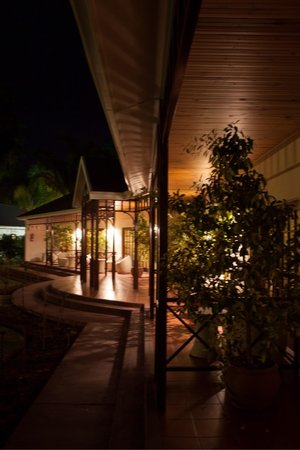 Hlangana Lodge : By night