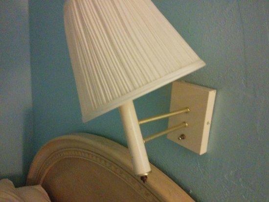 Viking Ocean Front Motel : Broken lamp