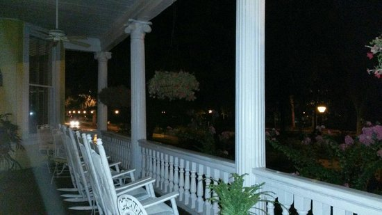 Forsyth Park Inn: Front porch sittin'