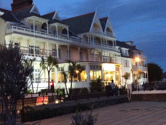 Ommaroo Hotel: Hotel at night
