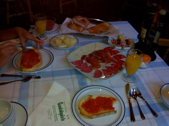 Hotel Guadalquivir: Un completo desayuno.