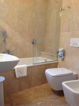 Hotel Villa Belvedere : Clean bathroom room 65