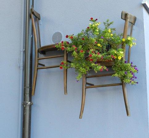 Borgo Lamurese: Porta fiori particolari.