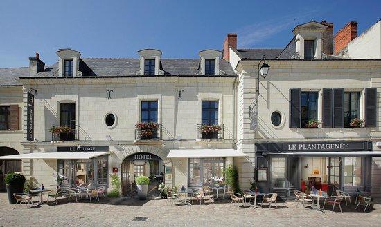 Hotel La Croix Blanche Fontevraud: Entrée sur la place du village - Historic coaching inn