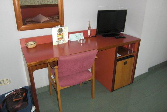 Hotel Jardín de Aranjuez: Escritorio+TV