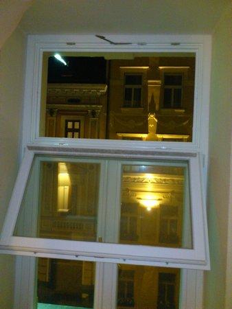Three Crowns Hotel : Broken window