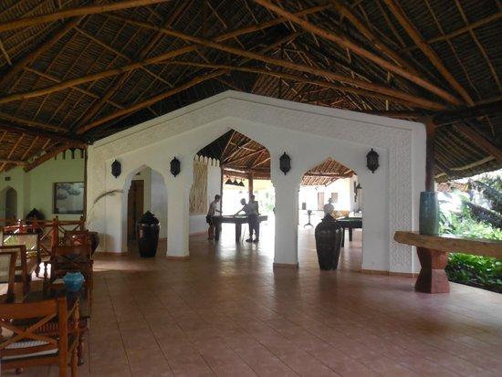 Bluebay Beach Resort and Spa: hall indo para area de sinuca