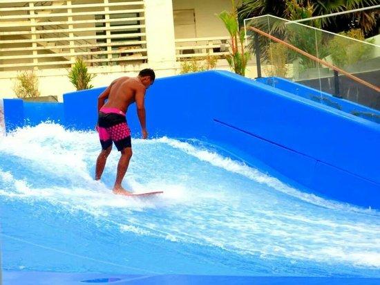 Surf House Phuket - Kata Beach: Trainer surfing