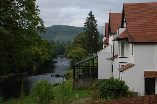 Craig-y-Dderwen Riverside Hotel: Beautiful setting by the River Conwy