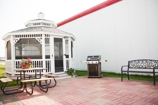 North Country Inn & Suites: The Patio Area