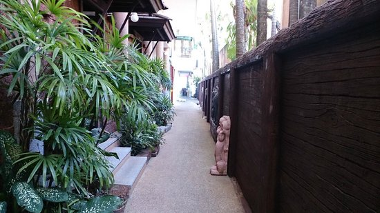 Beach Terrace Hotel Krabi: walk to dining area