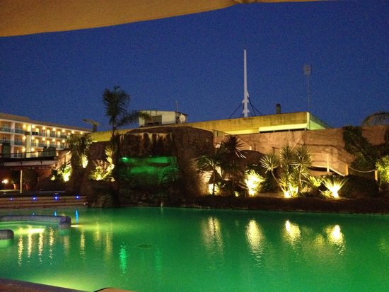 Hotel Papi: Pool area at night