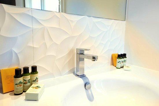 Hotel La Croix Blanche Fontevraud: Salle de bain - Bath room