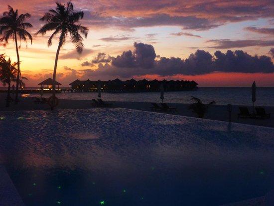 Maafushivaru : A beautiful sunset at the waterbar