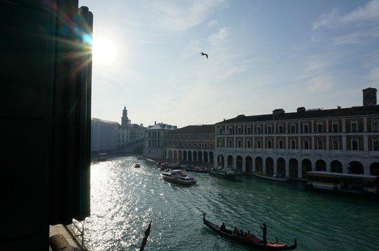 Locanda Leon Bianco: View from room looking towards the Rialto Bridge.