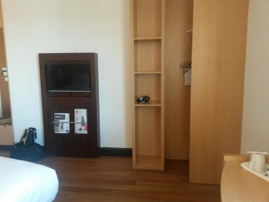 Ibis Bristol Temple Meads Quay: Room amenities - TV and Storage