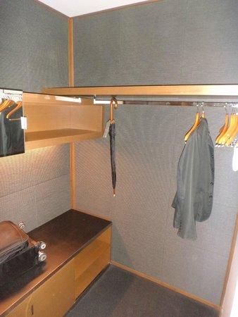 Hotel Le Germain Calgary: in suite closet