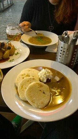 """U Kroka : """"Svickova"""": carne di manzo bollita con salsa di verdura e panna con mirtilli rossi, gnocchi di p"""