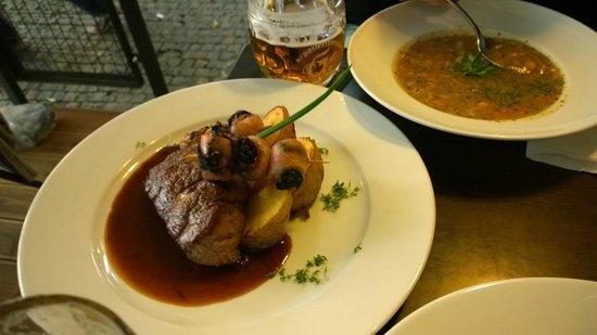 U Kroka : filetto di manzo della Bohemia con una salsa densa condita con olio silvovice, Spiedino di prugn