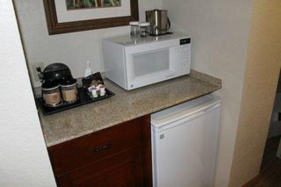 Doubletree by Hilton Sunrise - Sawgrass Mills: Microondas, cafeteira e frigobar