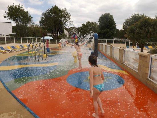 Siblu Villages - Domaine de Kerlann : jeux d'eau piscine extérieur