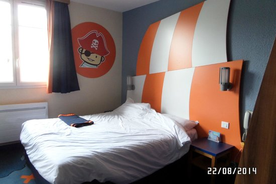 Explorers Hotel: main room (excuse the untidy bed this is how we left it)