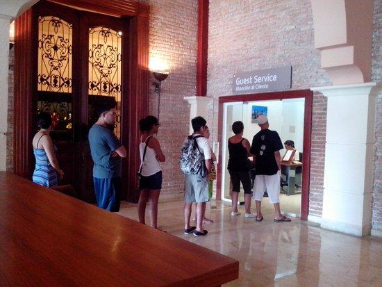 Occidental Caribe : Tipica fila en atención al cliente. Todo el día es asi. Una sola atendiendo