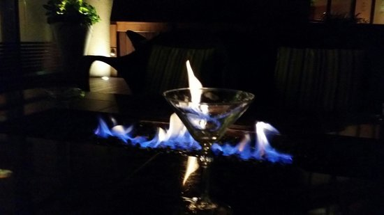 Sawgrass Marriott Golf Resort & Spa: Martinis by the fire pit was still great fun even in August.