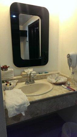 Coral Costa Caribe Resort & Spa: Espejo de Lavamano de Baño