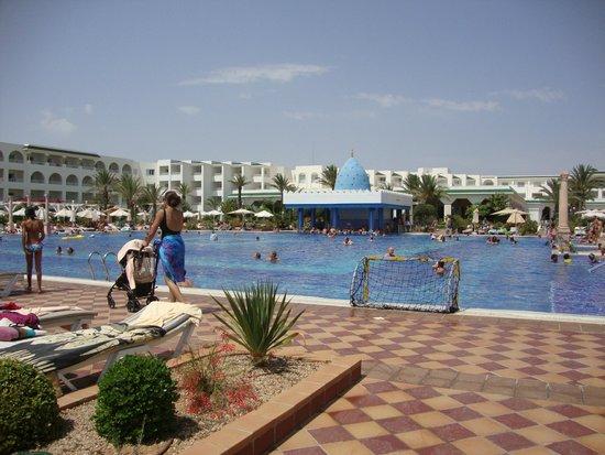 Concorde Hotel Marco Polo: L'immensa piscina