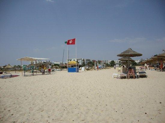 Concorde Hotel Marco Polo: La spiaggia a destra.