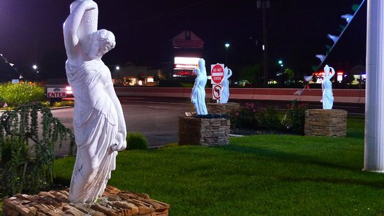 Empire Inn : Front garden statuary at night