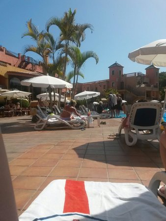 Villa Mandi Golf Resort : During the day at the pool side