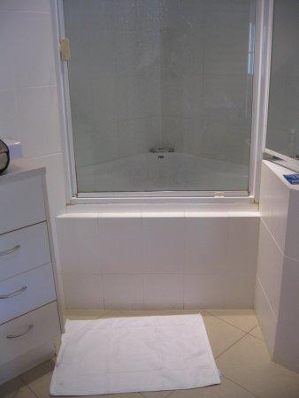 Mantra French Quarter Resort: Step over spa bath