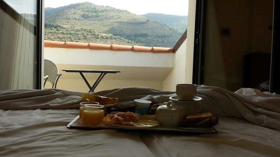 Castellaro Golf Resort: Colazione in camera con vista dal letto
